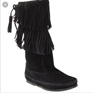 Minnetonka 2 layer fringe boot size 8 black